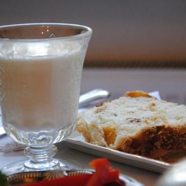 Ulubione śniadanie mojego męża :) Placek drożdżowy i mleko :)