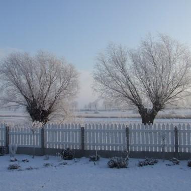 Choć w domu troszkę wiosenny ,bo na zewnątrz biało i zimowo. Kto nie marzy o słonku i miłych chwilach w ogrodzie.Zapraszam również do mojego białego kredensu.
