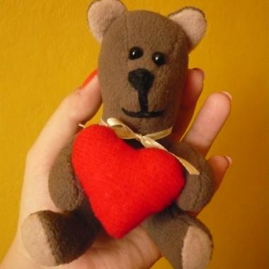 Walentynkowy miś, w porównaniu z misiami, które ostatnio uszyłam jest malutki ma ok. 11 cm, ale prawdziwy słodziak z niego