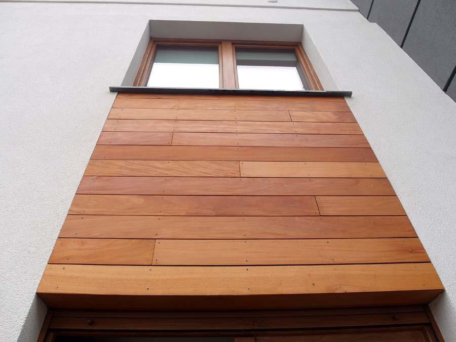 Ściany, Elewacja z drewna Garapa. Realizacja w Lubinie.