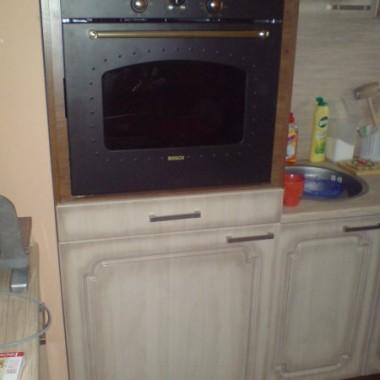 pod piekarnikiem i szufladą jest pralka