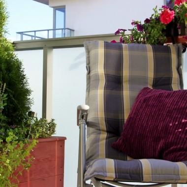 Zapraszam na nasz balkonik - na osiedlu w dużym mieście jest on dla nas miejscem wypoczynku wśród zieleni. Mimo całodziennego słońca (południowy-zachód) roślinki przetrwały w tym roku letnie upały:)