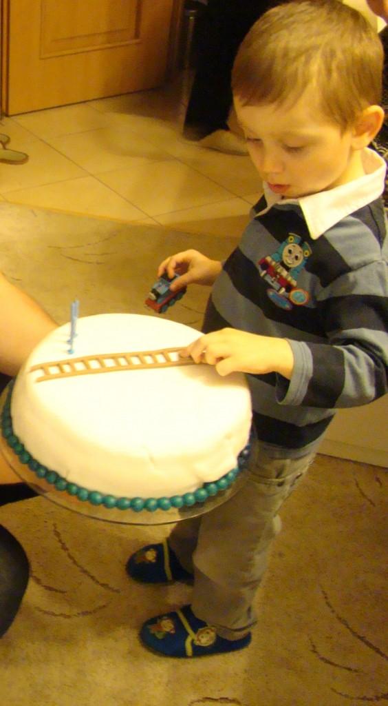 Pokój dziecięcy, 3 LATKA MOJEGO SYNKA - synek sprawdza czy mama dobrze zrobiła tory...