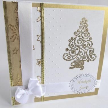 Cena: 9,00 zlElegancka i klasyczna kartka świąteczna utrzymana w biało-złotej tonacji.Rozmiar po rozłożeniu to ok 30x15 cm, a złożona tworzy kwadrat o boku ok 15cm.Wykonana z grubego 246g białego fakturowanego papieru, na nim znajduje się złoty perłowy oraz ponownie biały wytłoczony i pięknie ozdobiony złotą wypukłą choinką. Dodatkowa dekoracja to efektowna ozdobna 5cm wstążka oraz biała 17mm zawiązana w uroczą kokardę. Całości dopełnia wyzłocony napis na ozdobnej ramce. Kartka jest przestrzenna, zdobiona elementami 3D, idealna zarówno do wysłania, jak i do osobistego wręczenia np. idąc w świąteczne odwiedziny.W środku znajdują się nadrukowane życzenia, do wyboru 7 wersji, otrzymają je Państwo po dokonaniu zakupu na adres mailowy lub pozostawią Państwo wybór mnie, wpisując to w wiadomości podczas zakupu.