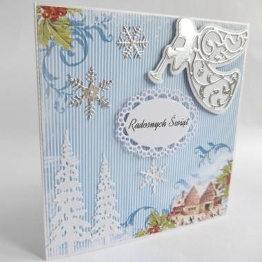 Cena: 11,00 złElegancka i pozytywna kartka świąteczna, pięknie kolorowa.Rozmiar po rozłożeniu to ok 30x15 cm, a złożona tworzy kwadrat o boku ok 15cm.Wykonana z grubego 215g papieru w środku śnieżnobiałego, a z zewnątrz metalizowanego i fakturowanego w kolorze srebrno-białym. na tym naklejony został piękny dekoracyjny papier o grubości 250g z nastrojowymi motywami świątecznymi. Uwaga: motywy te mogą się różnić na poszczególnych kartkach, gdyż papier ten ma oryginalnie wymiar 30x30cm&#x3B; wszystkie jednak pochodzą z tej samej kolekcji.Kartka jest przestrzenna, zdobiona elementami 3D, idealna zarówno do wysłania, jak i do osobistego wręczenia np. idąc w świąteczne odwiedziny.W środku znajdują się nadrukowane życzenia, do wyboru 7 wersji, otrzymają je Państwo po dokonaniu zakupu na adres mailowy lub pozostawią Państwo wybór mnie, wpisując to w wiadomości podczas zakupu.