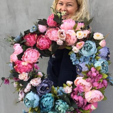 Mili, najnowsza kolekcja naszych wyrobów: linia Caryca Katarzyna. Prześliczne dekoracje kwiatowe z tej kolekcji to między innymi wybór naszej stałej Klientki - aktorki - Małgorzaty Sochy. Małgosia ma zgaszone, niebieskie drzwi, więc wieniec Caryca Katarzyna będzie się na nich prezentował obłędnie.Zapraszamy Was ciepło na zakupy, na tenDOM.