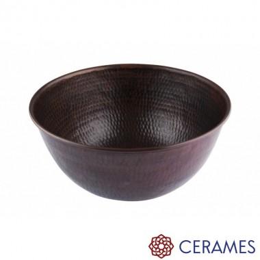 Na zdjęciu zaobserwować można delikatny wzór na umywalce w kształcie drobnej łuski uzyskany poprzez precyzyjne kucie młotkiem.