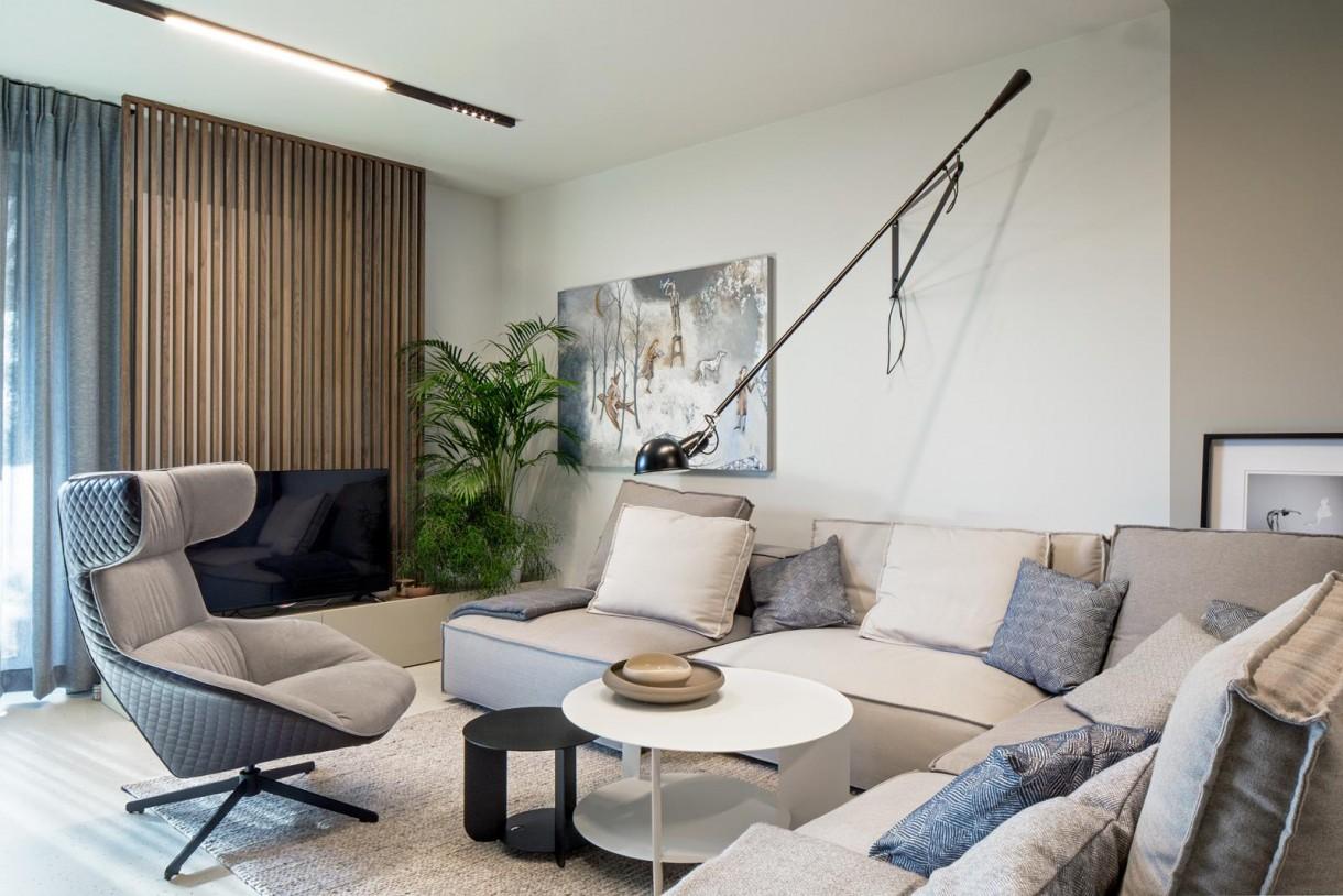 Domy i mieszkania, Wnętrze inspirowane naturą - Tłem dla ciemnych akcentów są jasne, lakierowane w macie fronty pozostałych mebli, robionych pod zamówienie, ściśle wg projektu. Założeniem projektu było znalezieniem wspólnego mianownika dla wszystkich pomieszczeń. Zatem także w przypadku łazienki kolorystyka i stylistyka nawiązuje do pozostałych stref w domu. Jedna ze ścian została podkreślona ciemną płytką, jako tło do białej ceramiki. Uzupełnieniem całości jest łazienkowa biżuteria, a więc baterie z ozdobnym grawerem wraz z czarnymi dodatkami, konsolą pod umywalką, grzejnikiem itd.