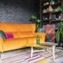 Salon, Kolor na salonach - Classic Blue to z kolei jedna z czołowych barw w trendach na 2020 rok. Przykładem popisowego wykorzystania koloru roku Pantone jest sofa Olbia z funkcją spania lub zestaw modułowy Merida, meble kuszące nas obietnicą stylowego odpoczynku w wersji de luxe. Salon z dominantą niebieskiego odseparowuje nas od świata zewnętrznego, budując jednocześnie atmosferę wyrafinowanej elegancji.
