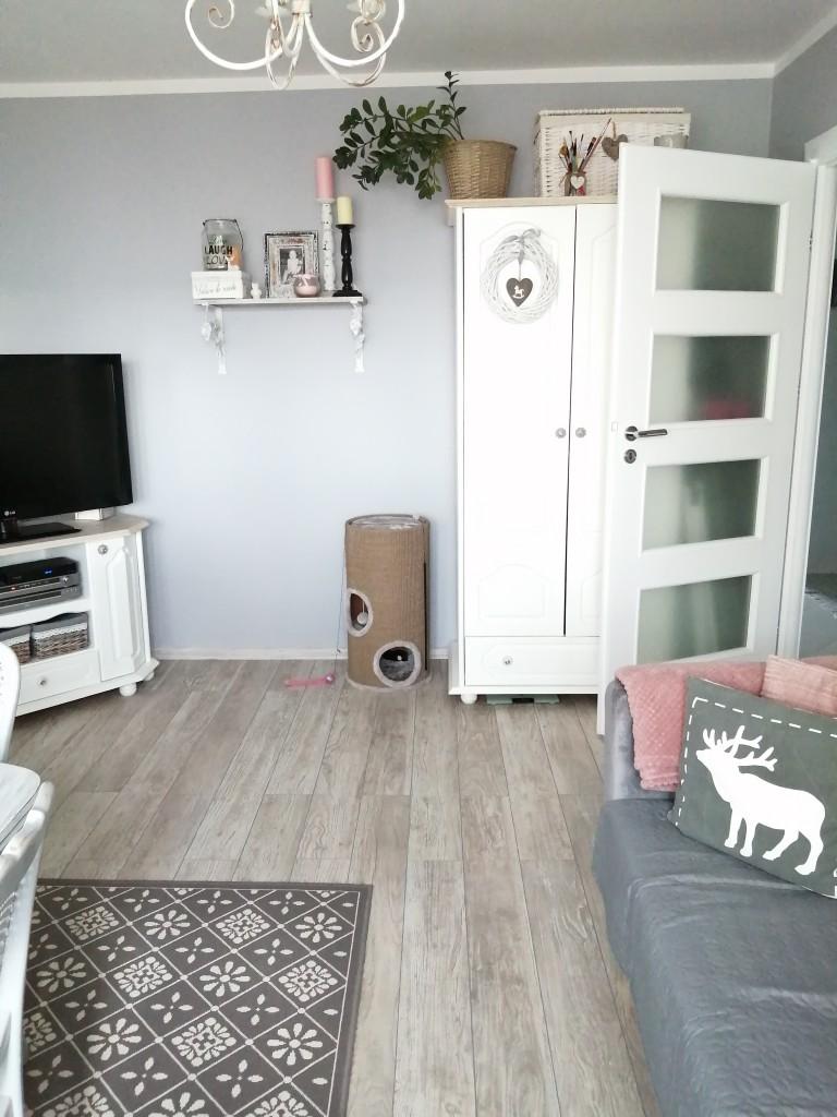 Salon, Trochę zmian na nadchodzącą wiosnę :) - Drobne zmiany wykonane własnoręcznie . Nowe są tylko podłogi w pokojach a reszta to przemalowywanie , tapetowanie i kilka nowych dodatków .