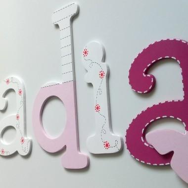 Drewniane kolorowe literki to bardzo efektowna ozdoba każdego pokoju dziecięcego oraz oryginalny sposób na udekorowanie ścian czy też mebli w pokoju maluszka. Doskonale nadają się również na prezent.Literki wykonane są estetycznie z drewnianej sklejki, ręcznie malowane farbami akrylowymi z dbałością o wszelkie detale. KoloroweWys. literek 16 cm lub 20 cm (największa). Mniejsze proporcjonalnie do dużej literyWzory liter można dowolnie mieszać – każde zlecenie wykonujemy pod indywidualne zamówienie lub można skorzystać z naszych propozycji na poniższych zdjęciach.Jeśli nie ma w naszej galerii imienia Twojej pociechy możemy wykonać wg wzoru każde imię!W razie zainteresowania zapraszamy do kontaktu:dekoracje@ac-architektura.pllub tel. 517 082 494MIŁEGO OGLĄDANIA!