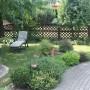Ogród, Zakątek z fioletową ławeczką.