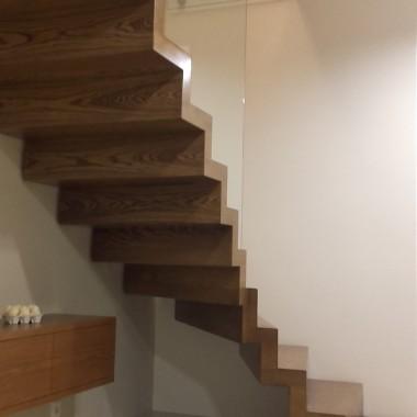 schody dywanowe ze szklaną balustradą
