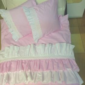 Falbanki i koronki w łóżeczku Mojej Julki