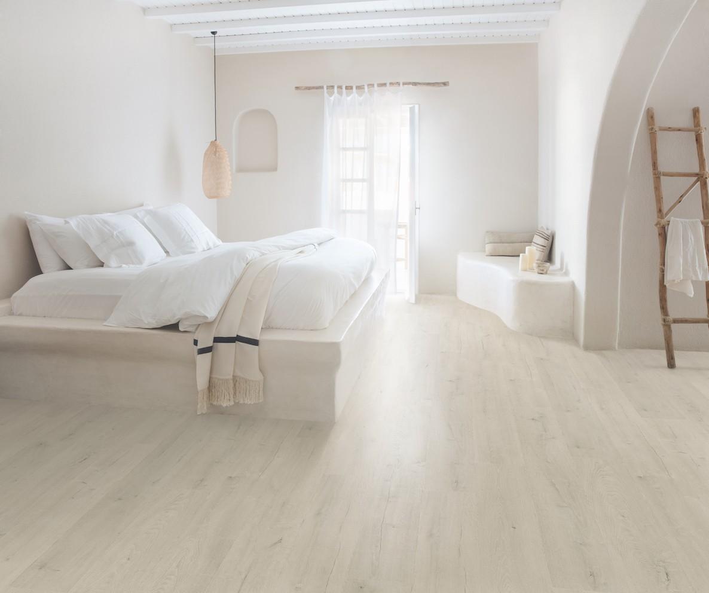 Pozostałe, Przytulne wnętrze zaczyna się od podłogi - Producent podłóg Quick-Step wzbogacił niedawno swoją kolekcję Signature o dwie podłogi laminowane, doskonale pasujące do każdego wnętrza, które ma tchnąć spokojem i przytulnością. Są to Dąb szczotkowany i Dąb patynowy.