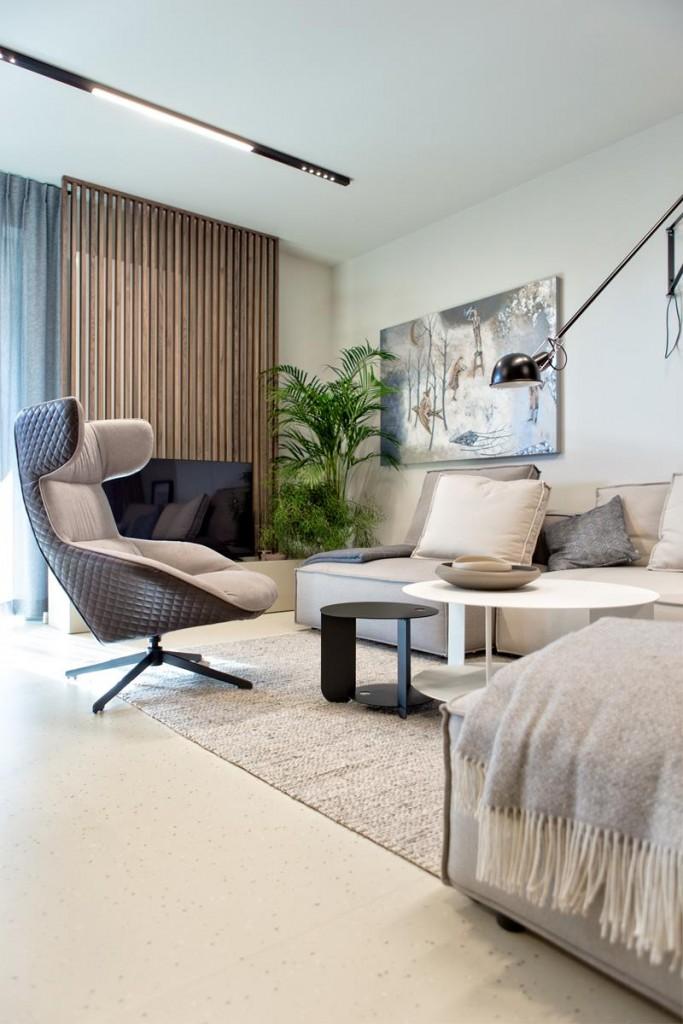 Domy i mieszkania, Wnętrze inspirowane naturą - Estetyczny funkcjonalizm, czystość formy i staranny dobór materiałów  Największy nacisk położono na materiały wykończeniowe, na ich bezkompromisową jakość. Ważny był każdy detal, kolor, faktura oraz ich wzajemne zestawienie. Istotne były także elementy wyposażenia tj.: stół, krzesła, lampy, sofa czy autorskie stoliki kawowe. Wszystko zostało starannie dobrane, zarówno pod względem wzornictwa, jak i materiału. Jako akcent kolorystyczny pojawia się ciemne, naturalne drewno. Występuje m.in. w pionowych przepierzeniach czy fornirowanych blatach komód, wybarwionych w tym samym, orzechowym kolorze.