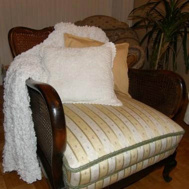 fotel czeka na białą farbę i przecierki i zastanawiam się nad tapicerką