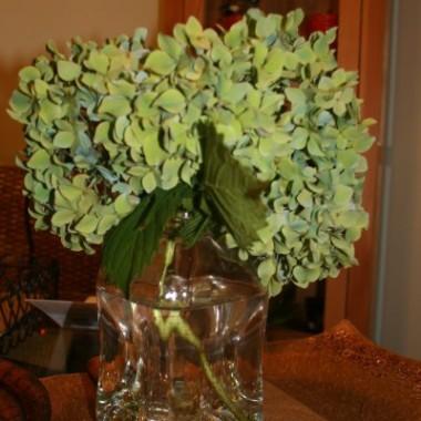 Nie wyobrazam sobie mojego domu bez zywych kwiatow...czy na urodziny,czy na imieniny,na rozne okazje-i bez okazji takze...staram sie aby zawsze cos ladnego bylo na stole lub na polce..stawiam je gdzie  tylko sie  da...wtedy jest tak milej..weselej...a poniewaz nie mam zbyt wiele slonca wewnatrz-wiec probuje zastapiec promienie sloneczne wlasnie roznorodnymi kwiatami...Kwiaty sprawiaja ,ze czesciej widze usmiech na twarzy moich domownikow i gosci...zapraszam:))