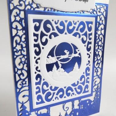 Cena: 8,00 złElegancka i nowoczesna kartka utrzymana w biało-niebieskiej kolorystyce.Rozmiar po rozłożeniu to format zbliżony do A5, a złożona tworzy format C6, czyli ok 14,7x10,5cm.Wykonana z grubego 215g papieru w środku śnieżnobiałego, od frontu delikatnie fakturowanego i metalizowanego w kolorze biało-srebrnym. Główną dekoracją jest nastrojowy krajobraz świąteczny wycięty z przepięknego niebieskiego grubego papieru lustrzanego oraz białego. Techniką 3D naklejono ramkę z napisem.Kartka jest raczej płaska, doskonale więc nadaje się zarówno do wysyłki, jak i do osobistego wręczenia np. idąc w świąteczne odwiedziny.W środku znajdują się nadrukowane życzenia, do wyboru 8 wersji, otrzymają je Państwo po dokonaniu zakupu na adres mailowy lub pozostawią Państwo wybór mnie, wpisując to w wiadomości podczas zakupu.