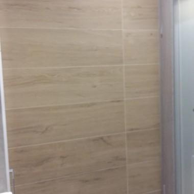 ściana na którą otwierają się drzwi łazienki i szafki