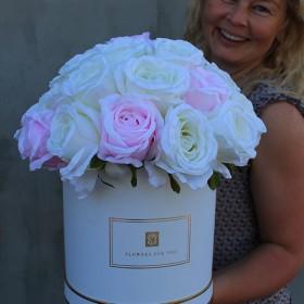 Flowerboxy pełne sztucznych kwiatów