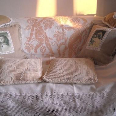 ................i sofa z poduchami...............
