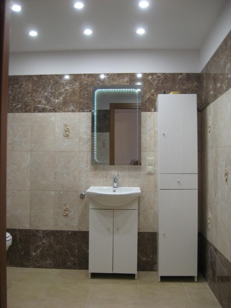 Łazienka, Aranżacja łazienki w garażu - sufit podwieszany w łazience