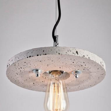 Wiszące lampy, które składają się betonowych krążków. Trzy różne średnice oraz do czterech poziomów umożliwiają indywidualne wariacje. Efektu dopełniają żarówki Edisona.