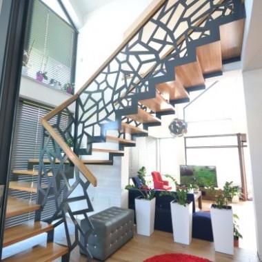 Schody nowoczesne z ażurową balustradą