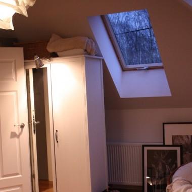 """Po dłuższej przerwie i chwilowym niebycie na deccorii wracam do Was dziewczyny z nową galerią :) Tym razem sypialnia. Jest to dosyć trudne pomieszczenie. Znajduje się na półpiętrze, nad garażem. Konstrukcyjnie ma trzy ściany ze skosami. Na jedynej """" wysokiej """" ścianie są drzwi, komin i jakaś dziwna wnęka .... Kombinacjom z usytuowaniem szafy nie było końca .... Jakoś wybrnęłam. Z grubsza proces urządzania jest zakończony. Z grubsza, bo chodzi mi po głowie a to ściana ceglana, a to drewniana, a to ściany białe, a to taupe, a to czarna ..... Wiecie, znacie ten zespół niespokojnego myślenia &#x3B;) Oczywiście ciągłej migracji ulegają gadżety i kurzołapy. Wersja, którą Wam dziś przedstawiam, to wersja zimowa :) Zapraszam w me skromne ...."""