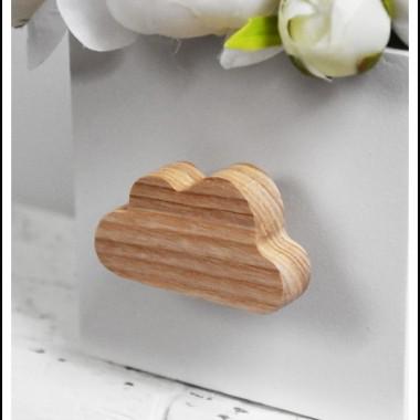Jak Wam się podoba nasza nowa specjalna edycja gałek ręcznie wykonanych z drewna jesionowego?Gałka meblowa zabezpieczana jest bezbarwnym lakierem wodnym, który dodatkowo wydobywa urok drewna.Do gałki dodawany jest drewniany dystans o grubości ok. 10 mm oraz specjalny wkręt do ucinania, aby pasował do każdej grubości frontu meblowego.Na Państwa życzenie możemy wykonać gałki w innych kształtach.