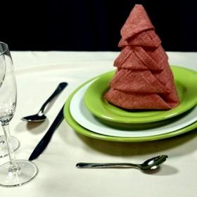 Jak ułożyć serwetki na świątecznym stole?