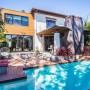 Domy sław, Anna Faris kupiła ekologiczny dom - W ogrodzie na tyle domu znajduje się drewniany taras z małym basenem i podwyższonym spa, które połączone są wodospadem.   źródło: IMP FEATURES/East News