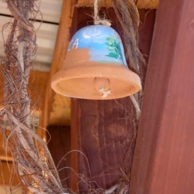 wianek zrobiłam z korzeni bluszczu, a dzwonek to tez rękodzieło ale już nie moje :)