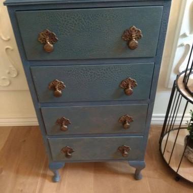 Długo szukałam szafki niebieskiej... nie znalazłam właściwej, więc musiałam sama przerobić stary mebel.