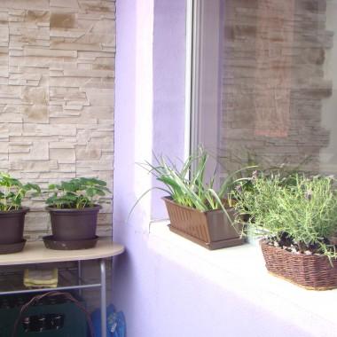 Na sam początek pokaże Wam mój balkon wykonany przy pomocy mojego męża :) Czekamy jeszcze na rolety. Namiastka ogródka, wieczorny relaks a przez lato nawet w planie rozłożenie basenu dla dzieci a to wszystko na 5 piętrze wielkiej płyty &#x3B;)