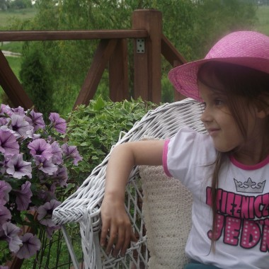 Opis dokładnie pasuje :) na tym tarasie przesiaduje głownie ja i Agatka ....a więcej ja jak już mam czas :) najpiękniej jest wieczorem ,taras jest od strony zachodniej :)  ptaszki pięknie śpiewają i jest cudownie ,cisza ,spokój ja i kwiaty :)Wszystko praktycznie do urządzenia wykorzystałam stare :) całe szczęście ,że kiedyś mama nie pozwoliła wywalić mi większości i stało w stodole ,teraz odkopałam maszynę singer :)  kosz od zbierania ziemniaków ,stary fotel (jeszcze muszę go odnowić ,ale i taki jest świetny) :) fotel wiklinowy i stolik malnęłam na biało :)  powłoczki , obrusik ,narzuta na fotel za 1 zł :)  wiadomo skąd :)  chodniczki również niedużo droższe :) a więc obleciałam moje zabudowania ,dodatkowo kuzyn kupił domek i też mnie zaprosił na starocie ,choć jak brałam co niektóre patrzył na mnie dziwnie :)  szarpałam ze sterty złomu klatkę ,emaliowane  garnki :)  a i mamie zwędziłam stare wiadro i pomalowałam męża buty zimowe ,oczywiście takie co były do wyrzucenia ,porozklejane