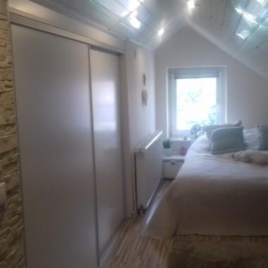 Sypialnia ma 40 m2-powierzchni podłogi i 1, 90 m wysokości. Znajduje się również garderoba.Szafka TV jest na kółkach, więc można ją obracać.Meble, szafki pod skosami są wykonane na zamówiene