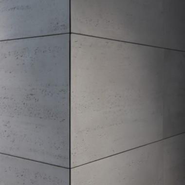 Łatwy montaż betonu architektonicznego od Luxum. Na zdjęciu beton mocno porowaty w klasie INDUSTRIAL.Rozmiar płyty 120x60cm