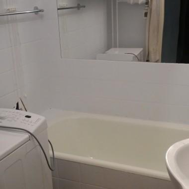 Witam,mieszkamy w bloku z wielkiej płyty (3.piętrowy).Chcieliśmy odświeżyć WC i łazienkę, ale ze względu na wysoki koszt remontu, zdecydowaliśmy się na razie tylko na przemalowanie płytek, które znajdują się w naszym mieszkaniu od przeszło 20-stu lat.Efekt jak na zdjęciach.Do wymiany jeszcze wanna i drzwi.Łączny koszt inwestycji to około 400zł wraz z gładzią i na ścianach i suficie.