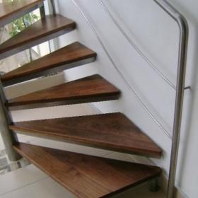 schody krete tradycyjne nierdzewna stal i drewno orzecha wloskie