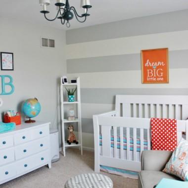 Pokój niemowlaka w szrościach.