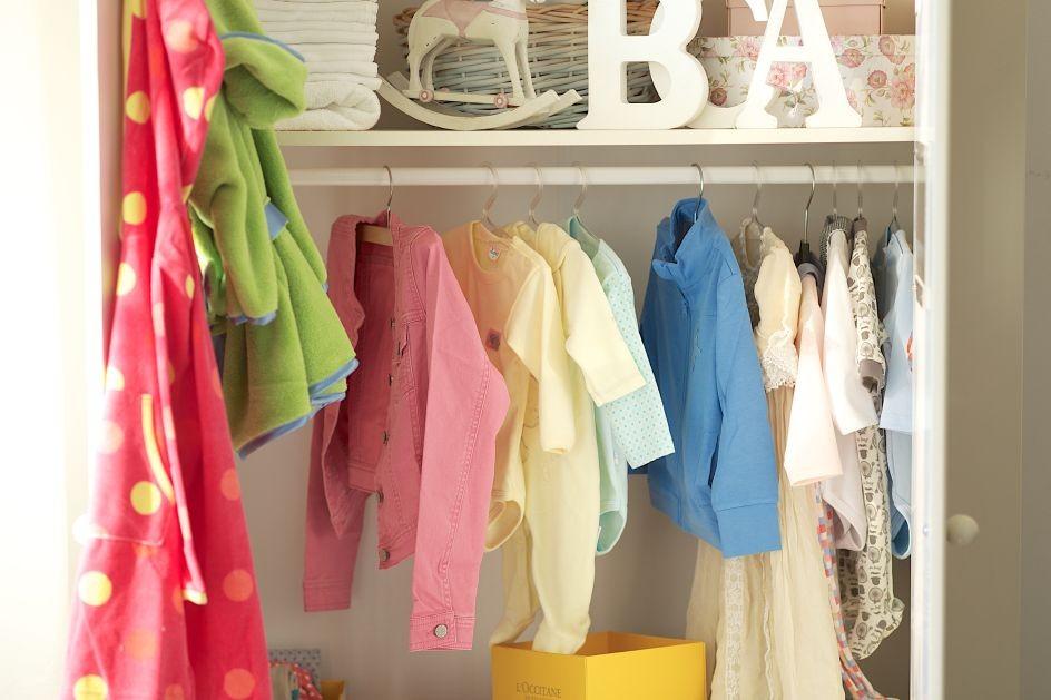 Garderoba, Garderoba idealna - Jak utrzymać porządek w szafie dziecka? Pomocne będą dodatkowe półki i kolorowe kartony, w których możesz przechowywać np. bieliznę.