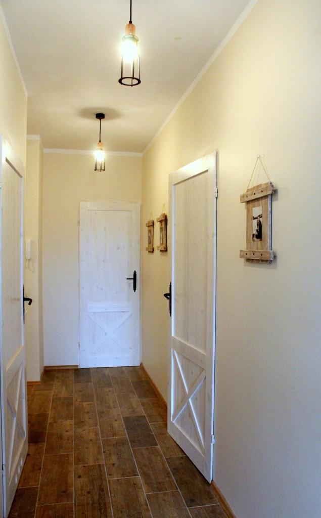 Przedpokój, Rustykalne drzwi DIY - Rustykalne drzwi DIY:http://dekostacja.pl/2017/12/01/rustykalne-drzwi-diy/