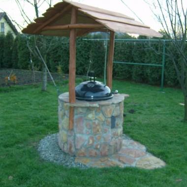 Solidny metalowy grill wsadzany do obudowy z kamienia naturalnego.