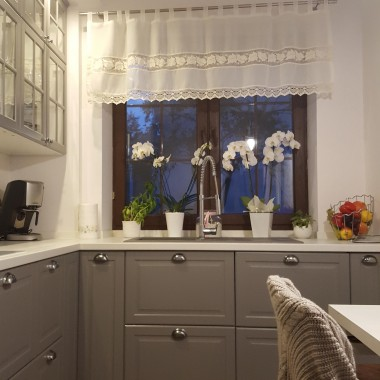 Meble w starej kuchni osiągnęły już ćwierć wieku,więc przyszła pora na zmiany. Zrezygnowaliśmy z boazerii na ścianach i przenieśliśmy zlew pod okno. Chcieliśmy aby kuchnia była klasyczna i nowoczesna.