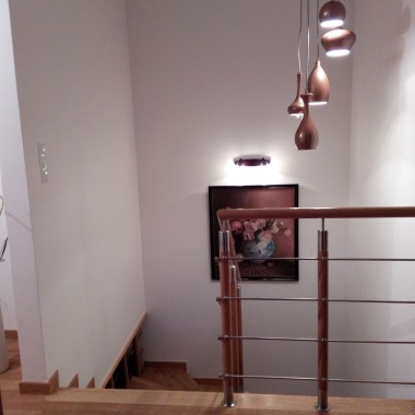 załączam więcej fotek z moich kątów...co do długiej lampy i okrągłego lustra...chcę...żeby się podobało...natomiast możecie ostro krytykować moje żółte szafki w łazience...czy je malować??? zamiar jest na kremowo...wiem, że brak obrazów...ale tez i brak czasu i to bardzo...ostatnie zdjęcie to moje SZCZĘŚCIE szlifujące mamie meble...zapraszam...oj, lustro przymocowane prowizorycznie...zanim wywiercimy dziury w płytkach musze się oswoić z wysokością, no i coś zrobić z tymi szafkami...a działania przeniesione na ogródek...