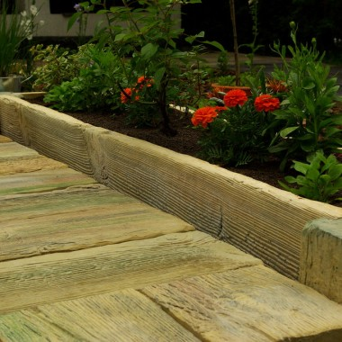 W naszej ofercie znajdą państwo także deski betonowe, które ułożone na ziemi stworzą wspaniały taras, bez konieczności ciągłej konserwacji. Betonową imitację drewna można wykorzystywać na różne sposoby - ułożymy z nich ścieżki i przejścia, donice do ogrodu mogą tworzyć całe ozdobne kompozycje.