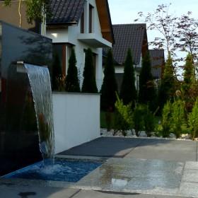 Ogród nowoczesny ze ścianą wodną