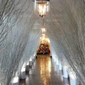Boże Narodzenie w Białym Domu. Świąteczne aranżacje w stylu glamour